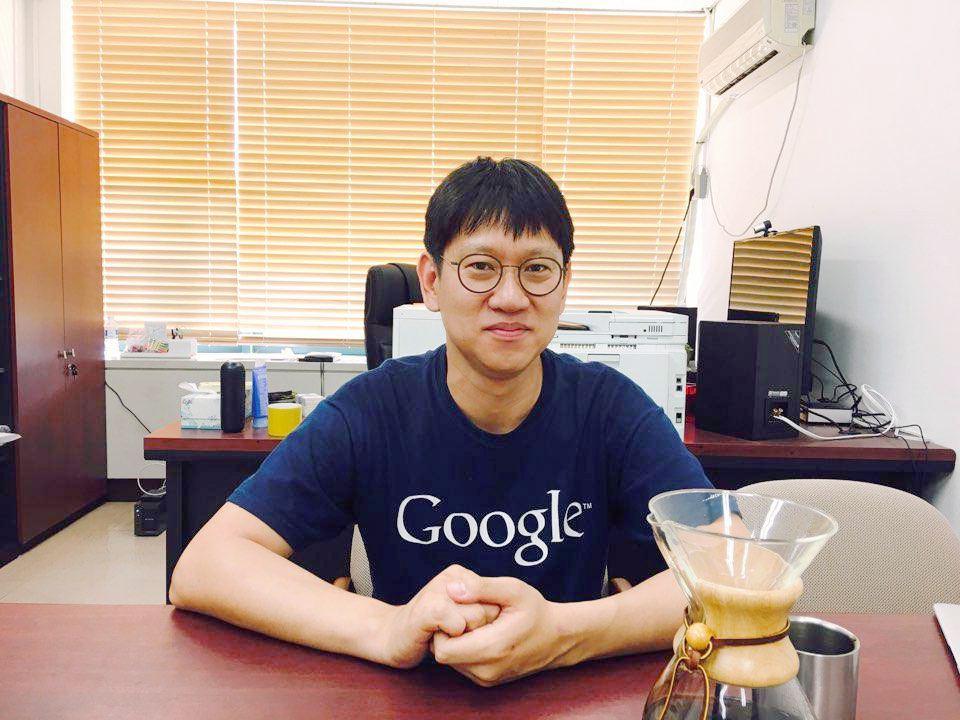 천 장의 CD가 있는 연구실에서, 유리 드리퍼에 커피를 내려 마시며, 코딩하는 남자. '파인딩 에이다' 기념행사를 제안한 유신 교수는 스테레오 타입의 남성들과는 사뭇 달랐다. ⓒ이진주
