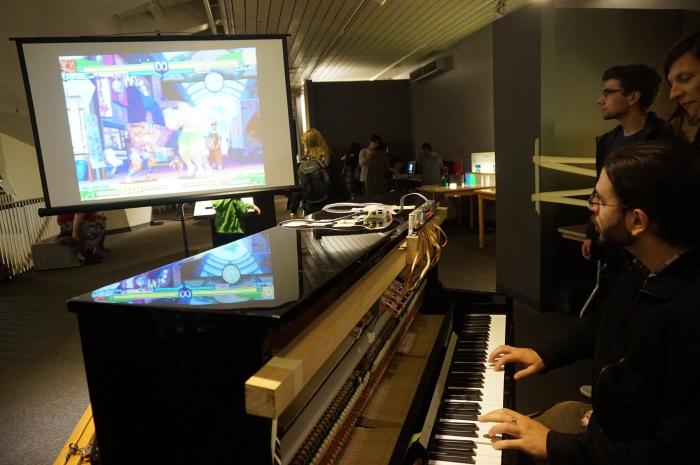 월드 메이커 페어 부스에서 한 메이커가 자신의 메이킹 프로젝트(피아노 건반을 눌러 게임을 하는)를 설명하는 현장입니다.ⓒ이경선