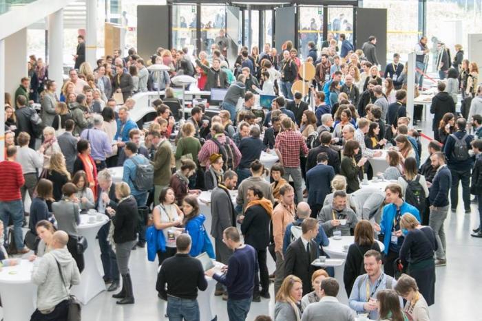 컨퍼런스 첫째 날 회의장인 벨 브뤠셀(BEL Brussels) 건물의 1층 중앙홀. 휴식시간에 참가자들이 네트워킹을 하고 있다. ⓒ오지예