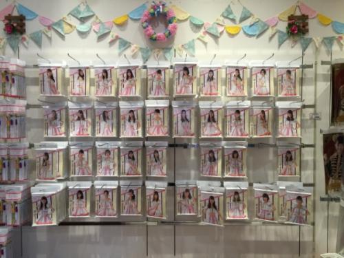 아키하바라에 위치한 AKB48 숍에서 팔고 있는 AKB48 멤버들을 테마로 한 상품들입니다. ⓒ트래블코드