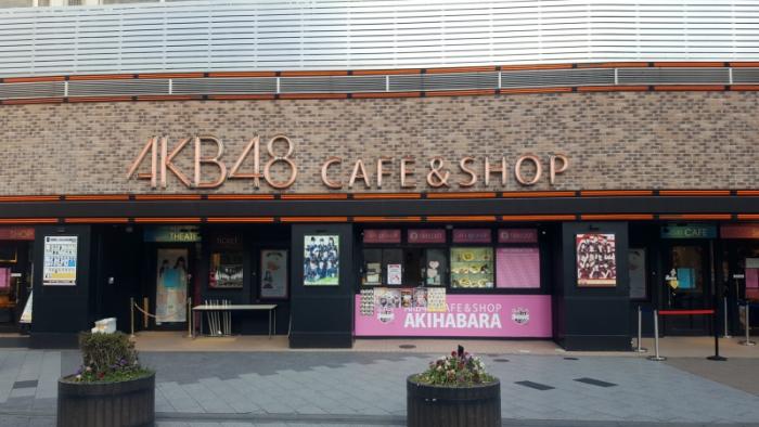AKB48 카페&숍의 전경입니다. 언제 방문해도 공연 영상을 통해 AKB48 멤버들을 만날 수 있습니다. ⓒ트래블코드