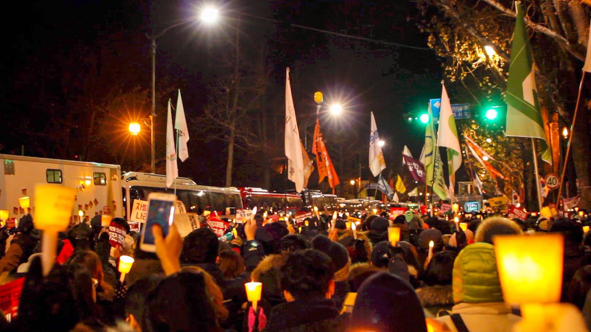 일상의 민주주의 행사가 있던 날의 촛불집회 현장. 국회에서 결정된 탄핵가결에 집회는 계속 되었다. ©Eric Sweet