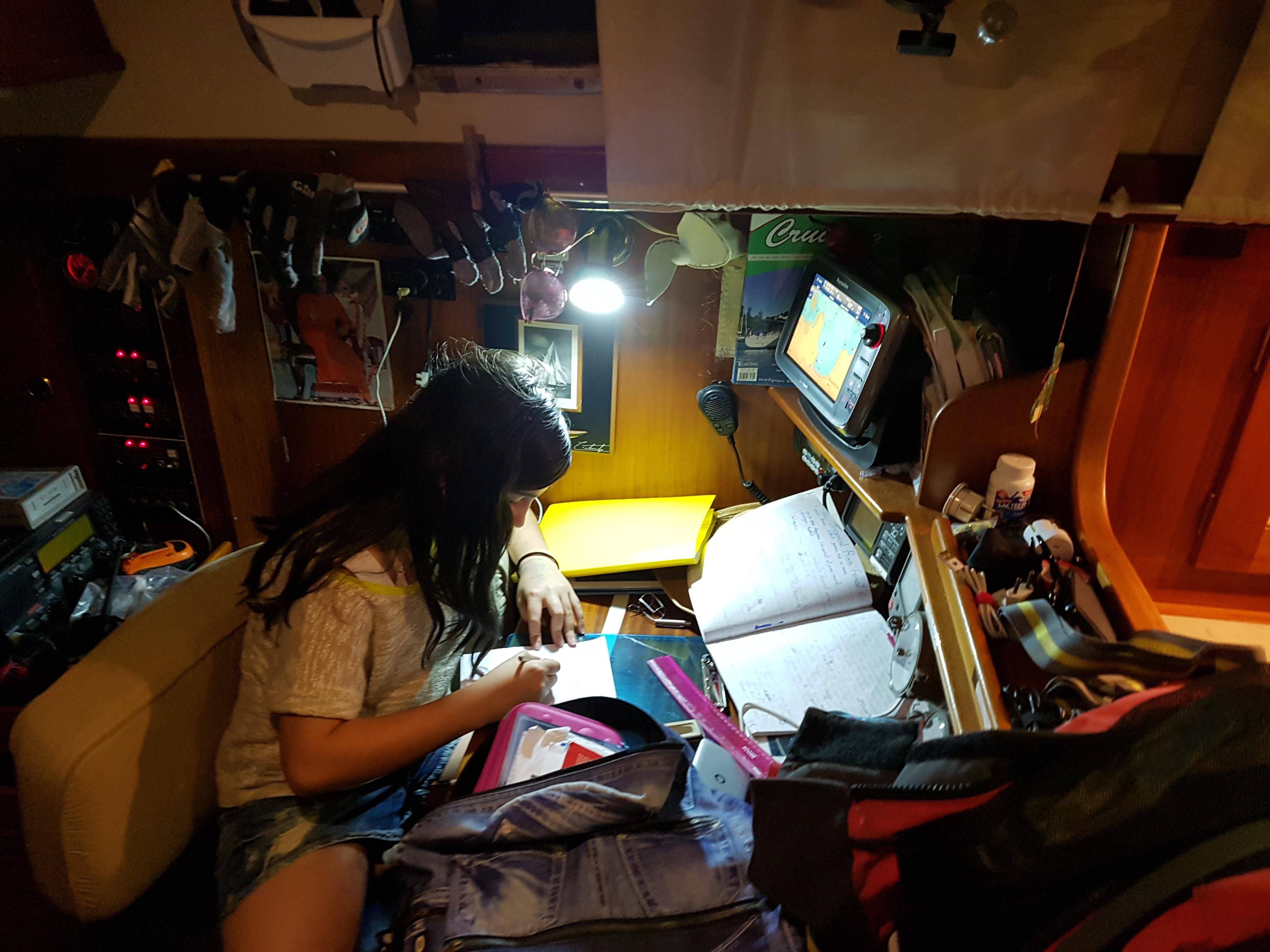 배우기 위해 반드시 학교에 가야 한다거나, 일하기 위해 회사에 가야 한다는 고정관념이 사라지고 있다. 엔스파이럴 남미 대사인 산드라의 딸은 몇 년 째 가족들과 보트를 타고 여행하면서 배우고 있다. ©이송이