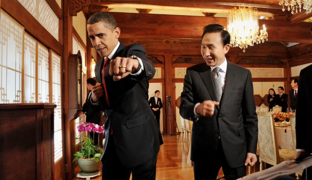 태권도 동작을 취하고 있는 오바마와 이명박 전 대통령 ⓒ무카스