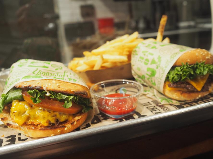 왼쪽: Mini Burger 오른쪽: Super Burger ©구희석
