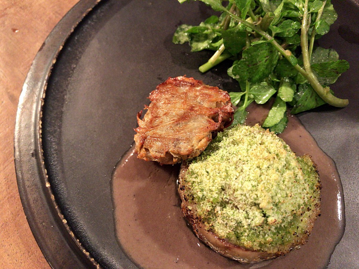 워터크레송 샐러드와 우엉 튀김을 곁들인 허브 크럼블이 올라간 청어 디쉬 ©최빈