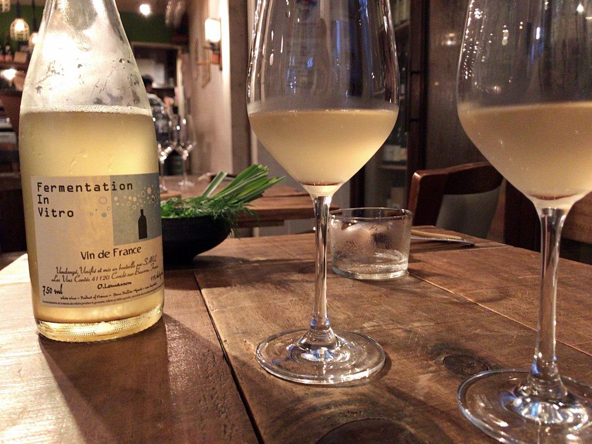오마카세 메뉴 첫 번째 요리인, 굴과 딜 요리에 페어링 된 스파클링 내추럴 와인 ©최빈