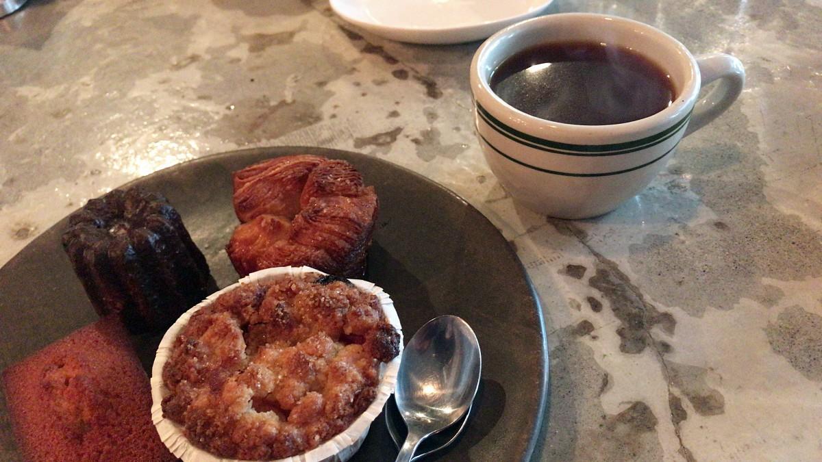 오직 핸드 드립으로 내려주는 커피, 매실 잼이 들어있는 매실 크럼블 머핀, 카눌레, 피낭시에 ©최빈