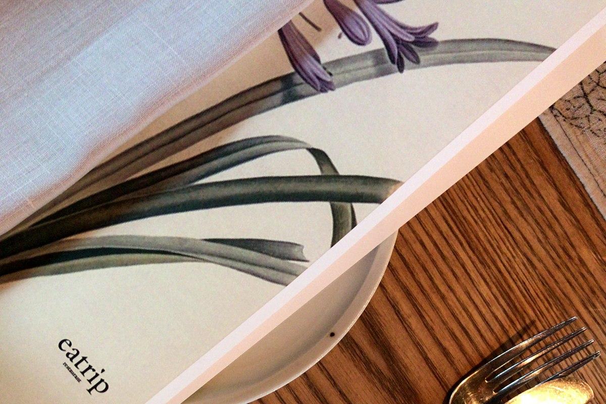 잇트립의 기본 테이블 세팅(잘 다려진 촉감의 린넨, 계절마다 다른 그림의 잇트립 메뉴) ©최빈