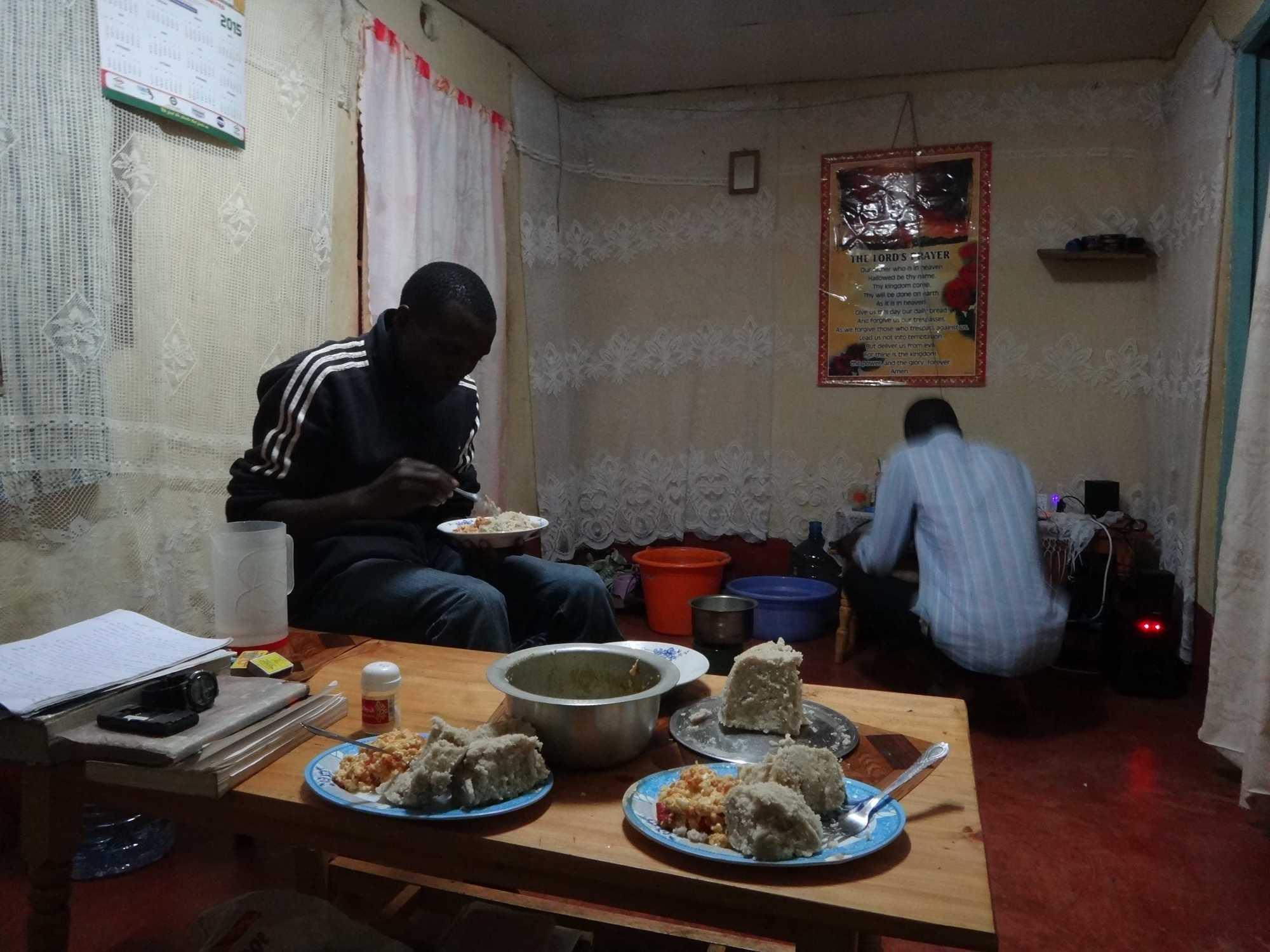 거실에서 우갈리와 달걀과 토마토 볶음을 저녁으로 먹고 있는 댄 ©김성우
