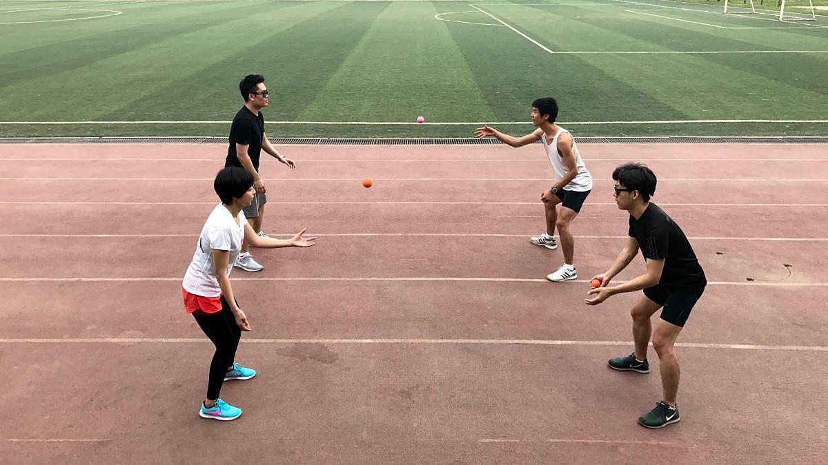 러닝 클리닉 중 라크로스 볼을 서로 던지고 잡는 순발력 훈련 ©정윤