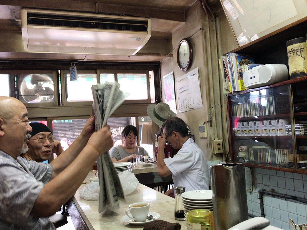 3평 남짓한 작은 가게에는 츠키지 시장 상인들이 어깨를 좁히고 앉아 있다. ©최빈