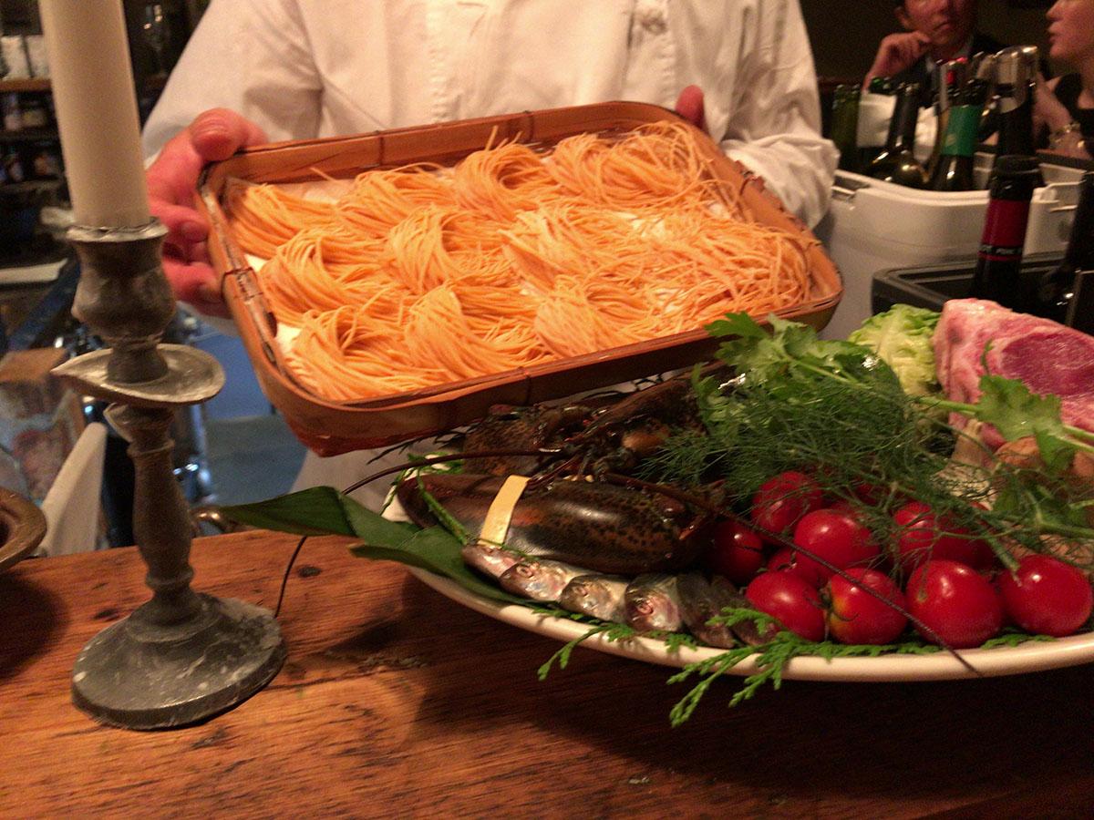 창작 이탈리안 요리가 될 프레시 파스타와 그날의 재료를 설명해주는 토모리 셰프 ©최빈
