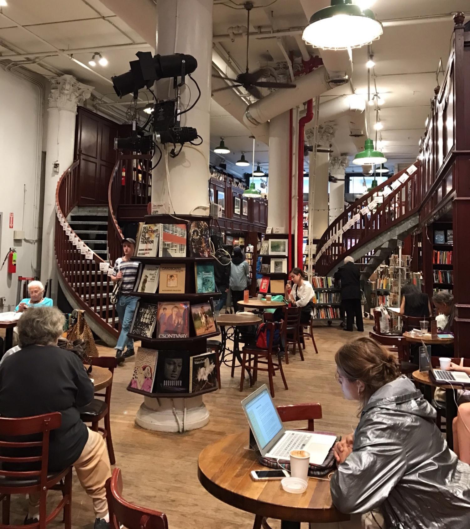복층 구조는 독특하고 넓은 공간감을 조성하고, 공간의 반 이상을 차지하는 카페는 편안한 쉼터가 됩니다. ⓒ안유정