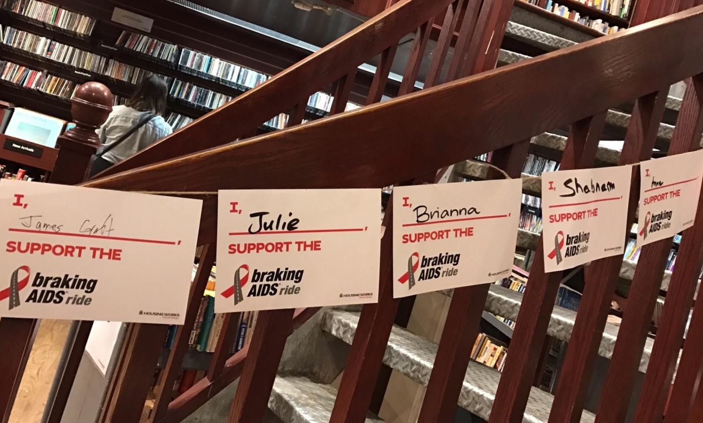 후원자들의 명단을 2층 올라가는 계단 난간에 붙여 두었습니다. ⓒ안유정
