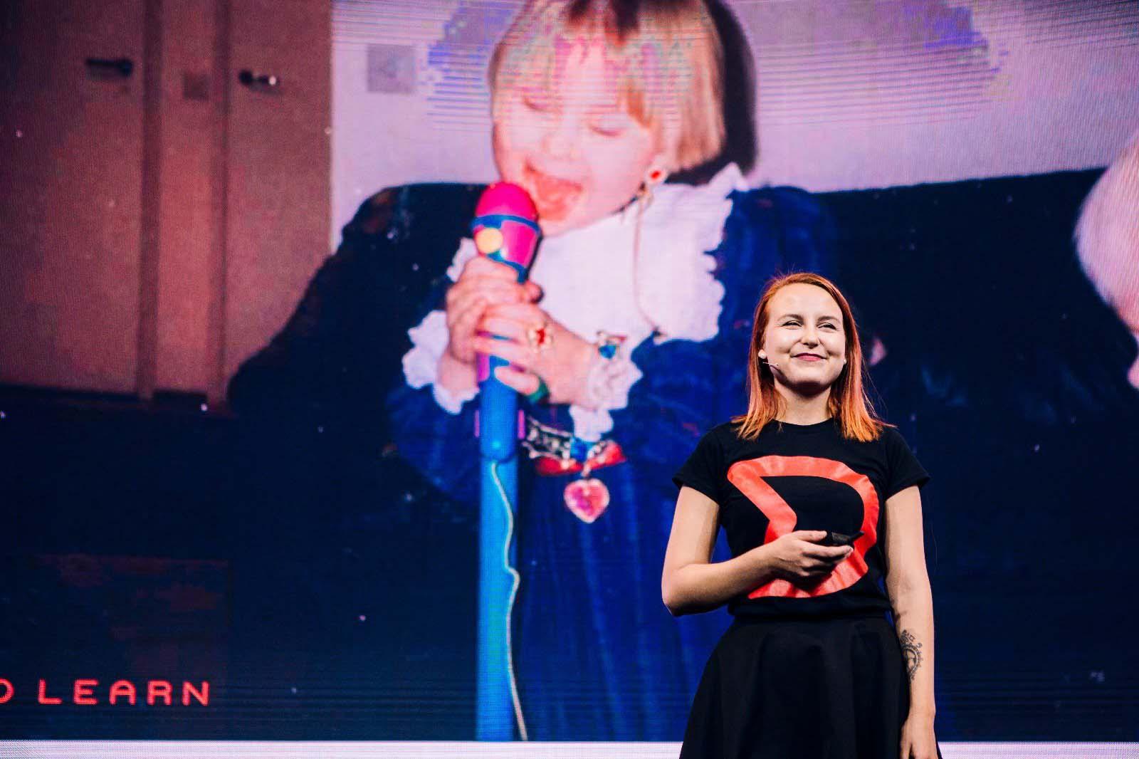 안니 크루타스(Anni Klutas)가 Dare to Learn을 이끈 청년들에게 감사의 메시지를 전달하고 있습니다. ©Dare to Learn