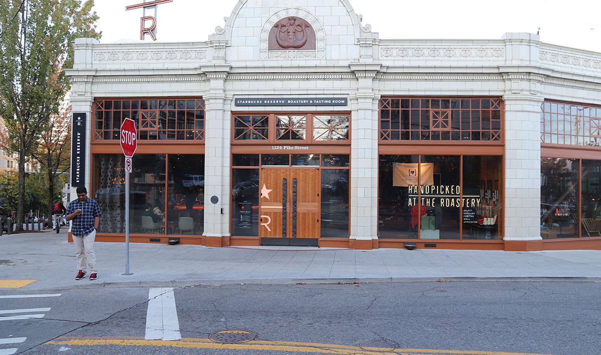 한적한 시애틀 파이크 스트리트에 있는 스타벅스 리저브 로스터리 앤 테이스팅 룸 외관 ©이은재