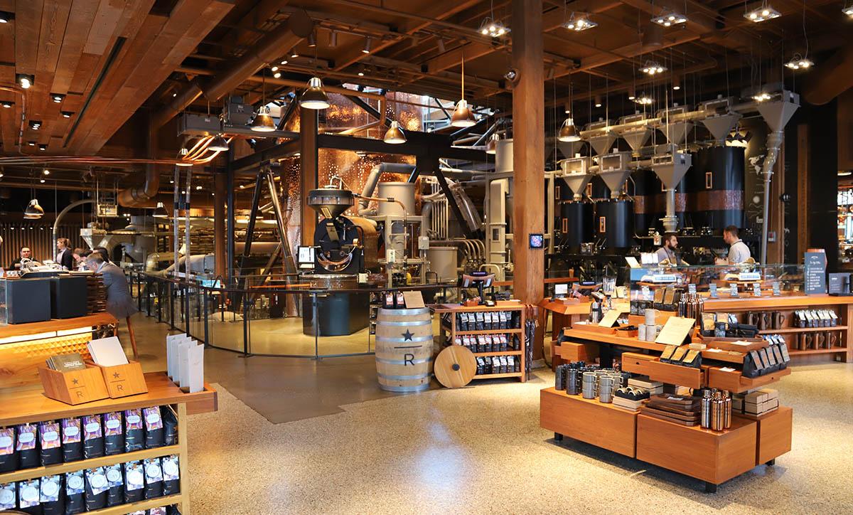 매장 안으로 들어가면 카페가 아니라 제품 판매대가 먼저 나타난다. ©이은재
