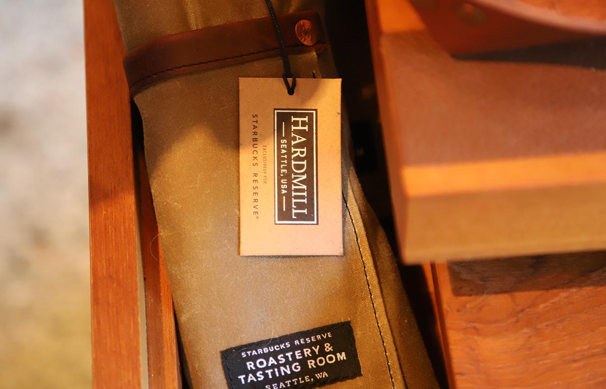 직원들이 입고 있는 멋진 가죽 앞치마는 시애틀의 가죽 공방에서 만들었다. ©이은재