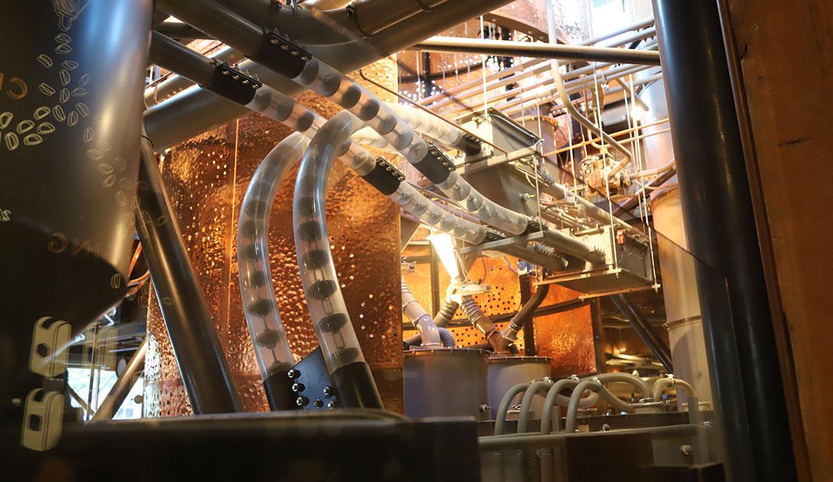 마치 찰리의 초콜릿 공장처럼 커다란 관이 원두를 옮긴다. ©이은재