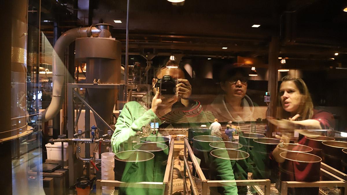 화장실 손을 씻는 곳에서는 거울로 로스터리 공장의 모습을 고스란히 볼 수 있다. ©이은재