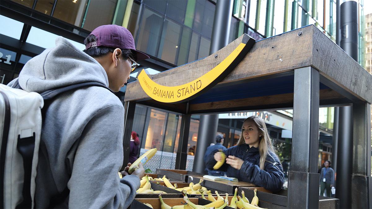 빌딩 밖에서 바나나를 나눠주는 아마존 ©이은재