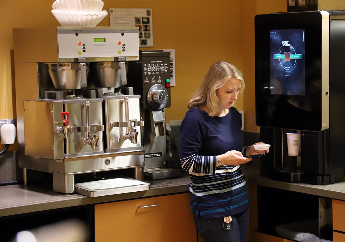 층마다 있는 커피 머신. 한국에는 없지만, 기계와 원두를 정기적으로 공급해 주는 스타벅스 오피스 프로그램을 적용한 것이다. ©이은재