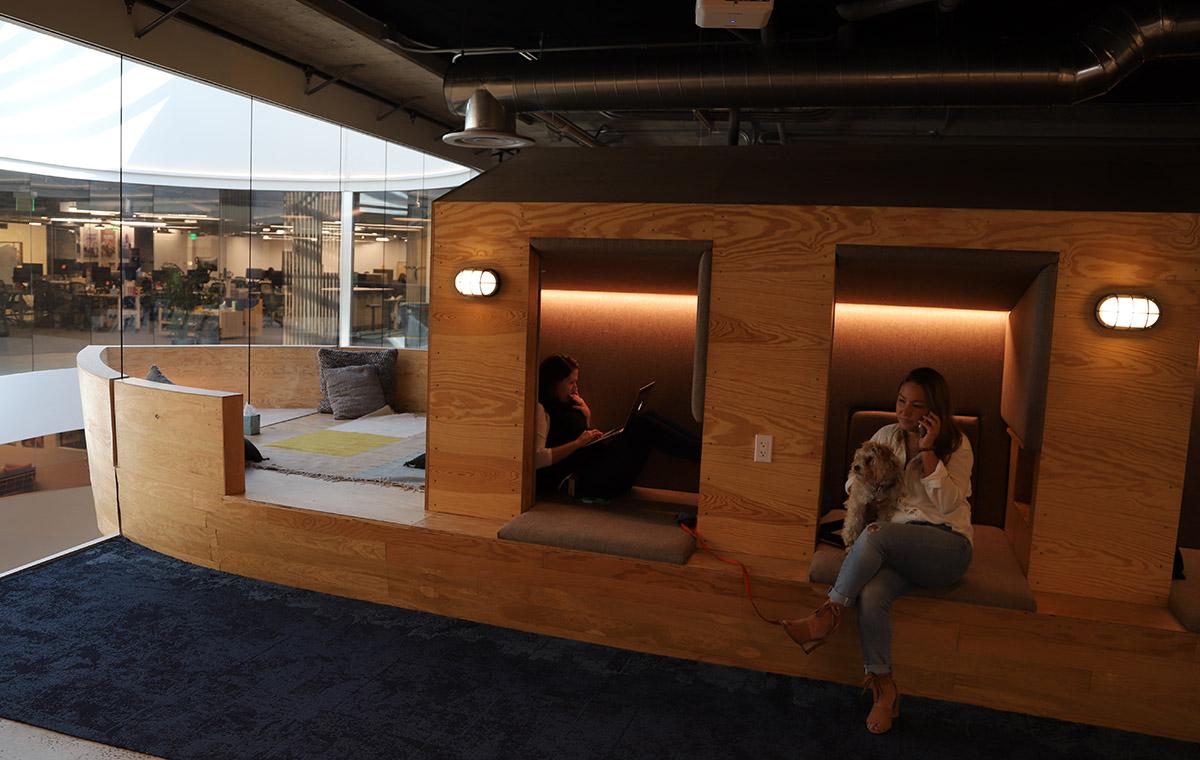 개인 공간이 주어지는 회의실. 네덜란드 배를 컨셉으로 만들었다. ©이은재