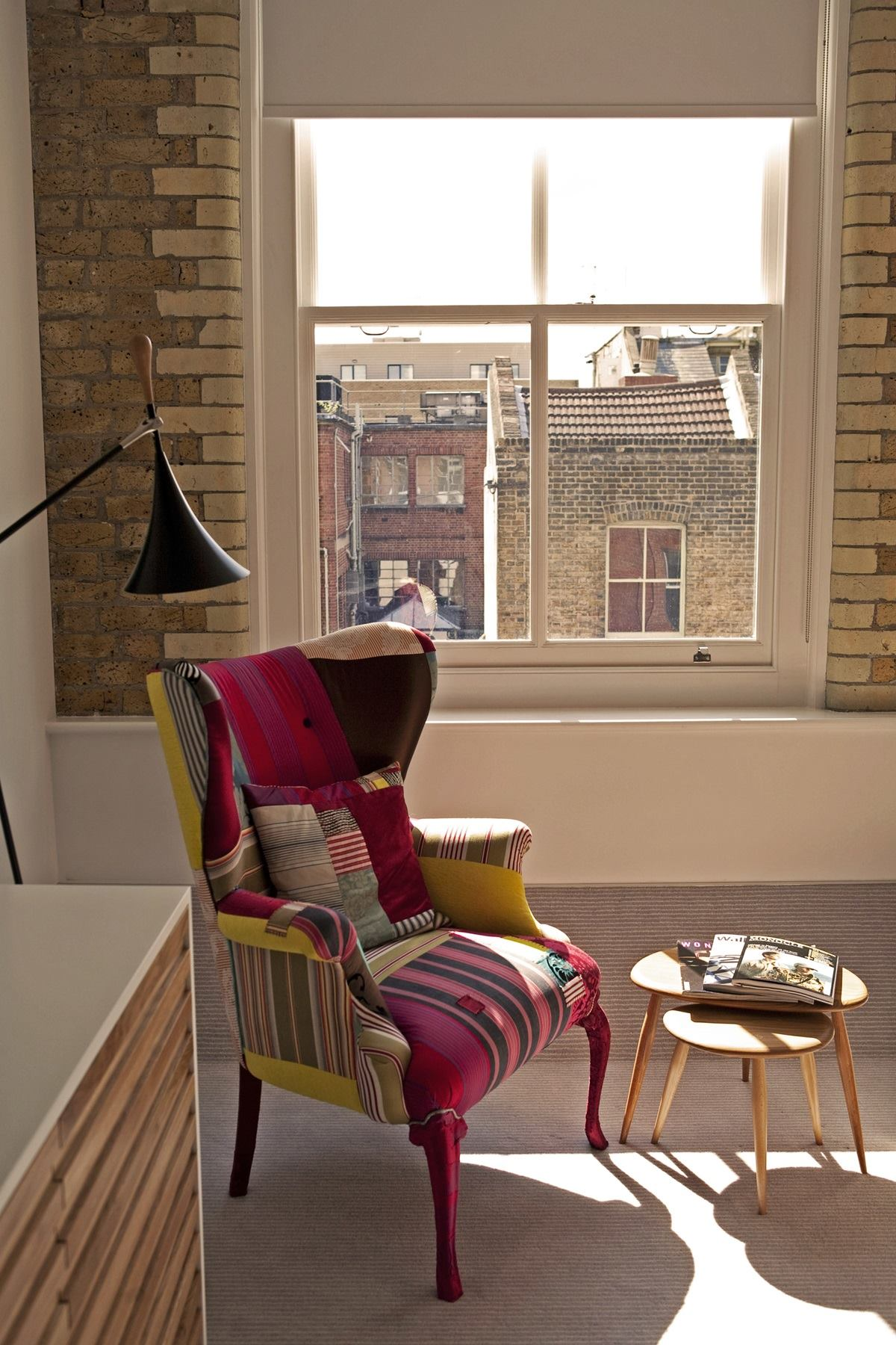 스튜어트 웨스트웰(Stuart Westwell)의 패치워크 의자가 인상적인 바운더리 룸의 전경 ©Paul Raeside