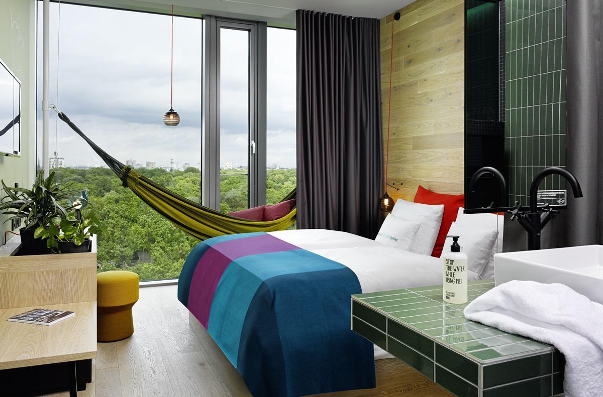 비키니를 대표하는 정글룸. 방 안에 걸린 해먹과 창밖으로 펼쳐지는 동물원의 풍경이 인상적이다. ©25hours Hotel Bikini Berlin