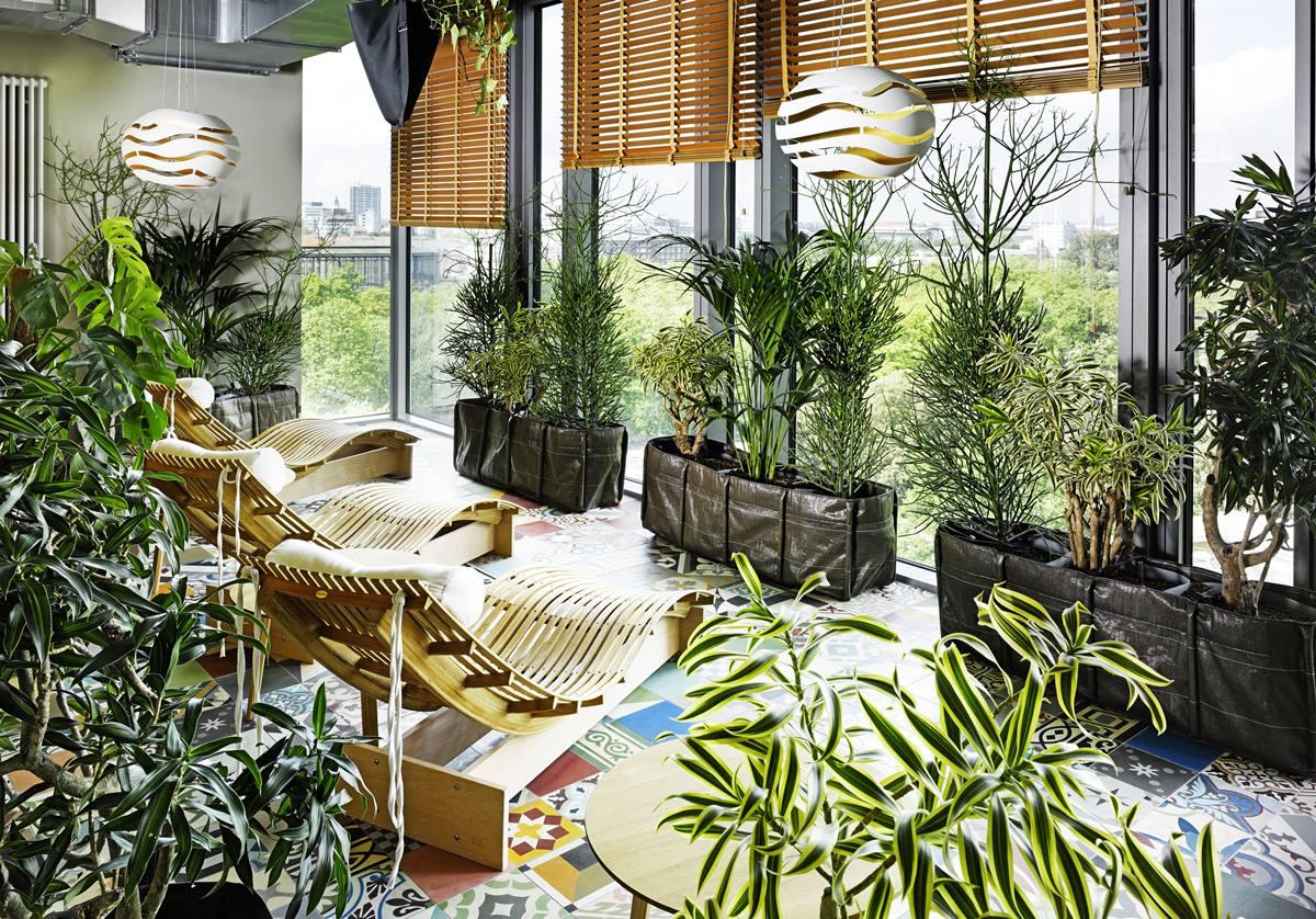 아프리카 정글의 느낌을 구현한 사우나 옆 레스트룸의 모습 ©25hours Hotel Bikini Berlin