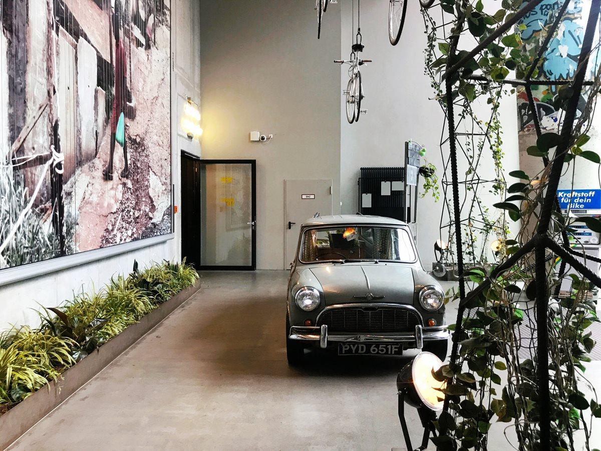 호텔 입구에 놓인 빈티지 자동차를 활용한 오브제 ©김양아
