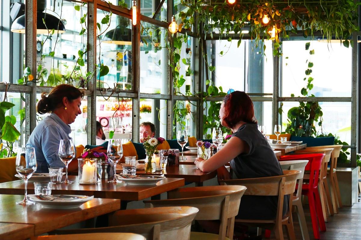 창을 통해 투영되는 햇살과 식물을 활용한 인테리어가 따스하고 싱그러운 네니 베를린만의 분위기를 형성한다. ©김양아