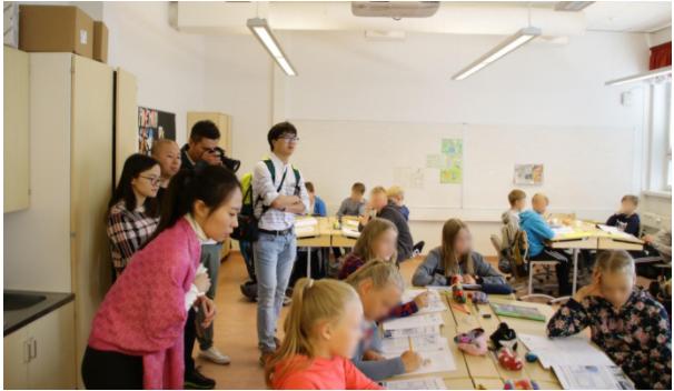 중국 북경 지역 사립 및 공립학교 교사들이 핀란드의 사회 수업을 참관하는 모습.  이들 방문단은 일주일 동안 도시 서너 곳을 돌며 각 지역 학교의 수업을 참관했다. ©최원석