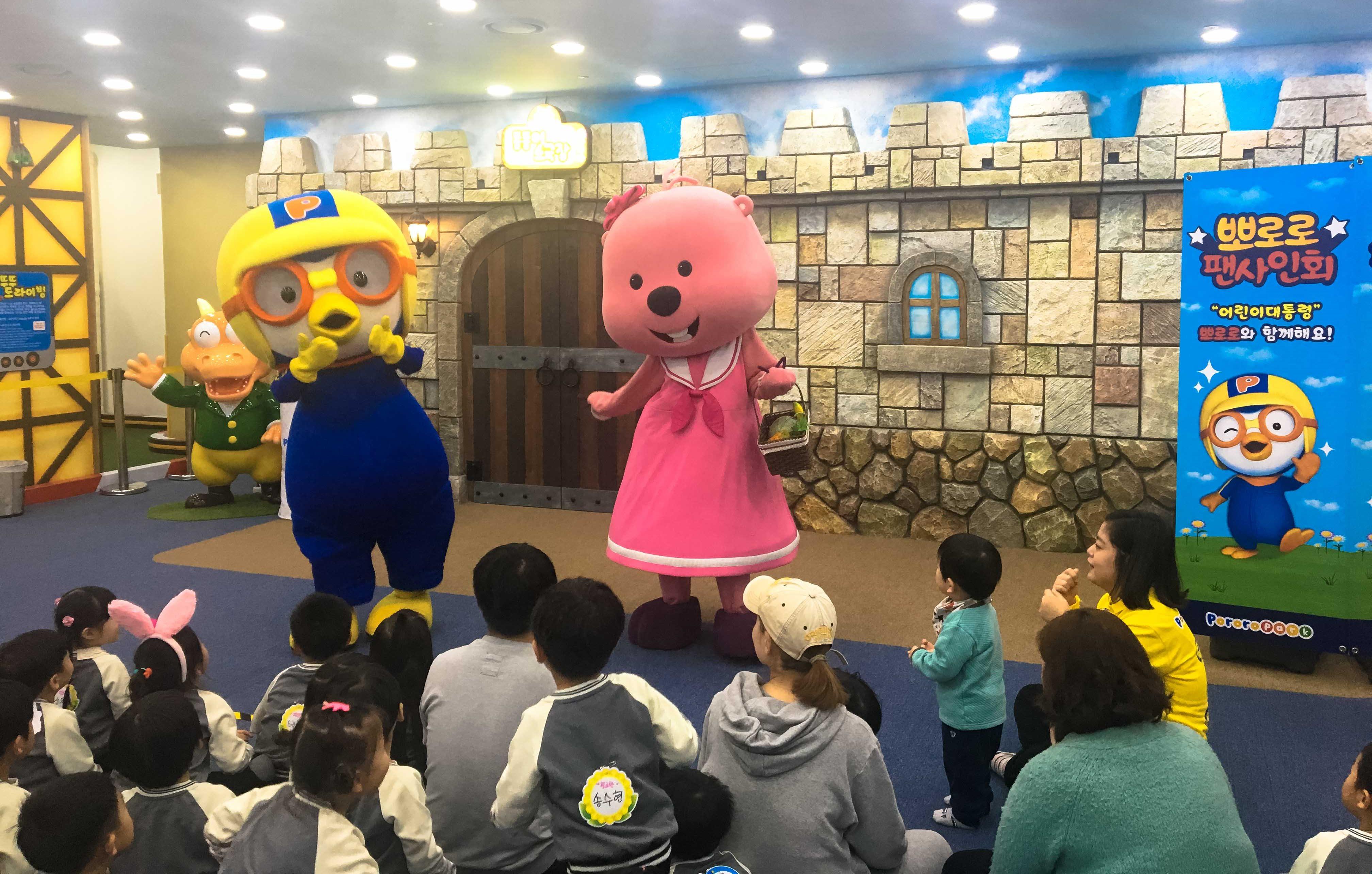 실내 놀이동산 '뽀로로 파크(일명 뽀팍)'는 아이들에겐 거의 천국과 같은 곳이다. 영상으로만 보던 뽀로로 실물을 만난 아이들은 시간 가는 줄 모르고 논다. ⓒ최원석