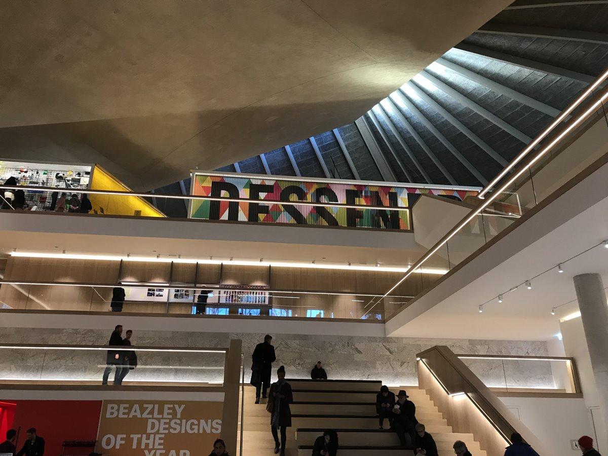 Design Museum에 들어서면 천장으로부터 새어 나오는 자연광이 분위기를 아늑하게 만든다. ©김병수