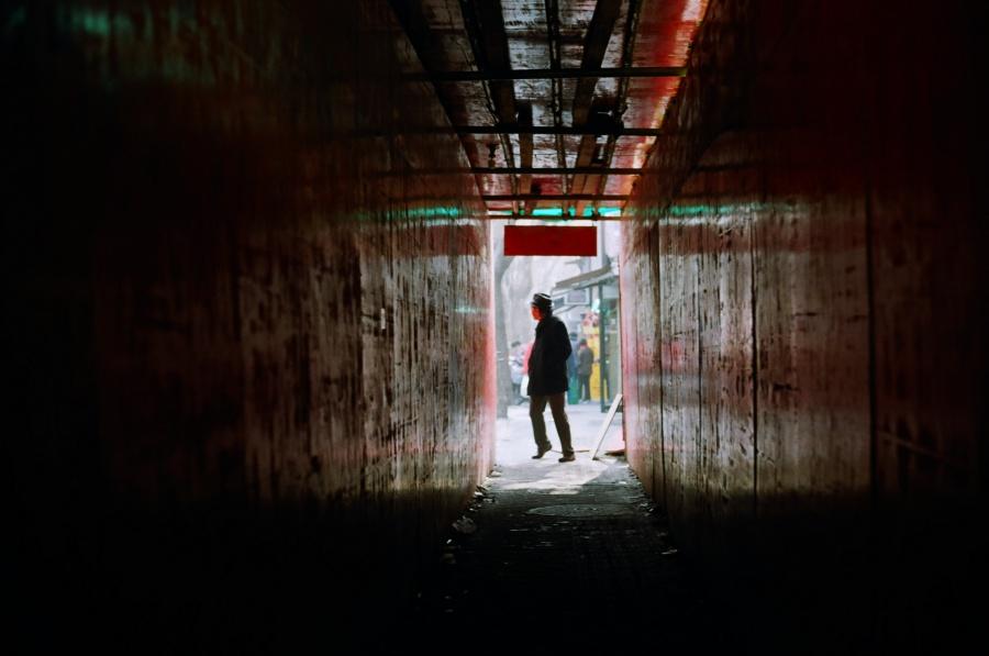 산시난루(陕西南路) 가는 길에 공사 중인 건물이 있어 간이 터널이 생겼다. 반대편에서 아저씨가 걸어와 터널 앞에 선 찰나에 찍은 사진이다. ⓒ김송은