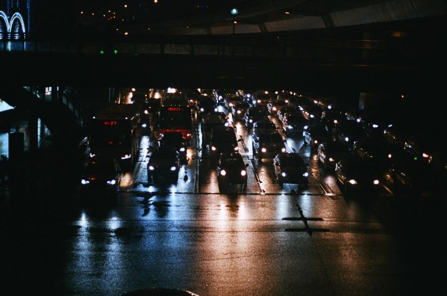 상하이 밤거리를 빛내는 차 행렬 ⓒ김송은