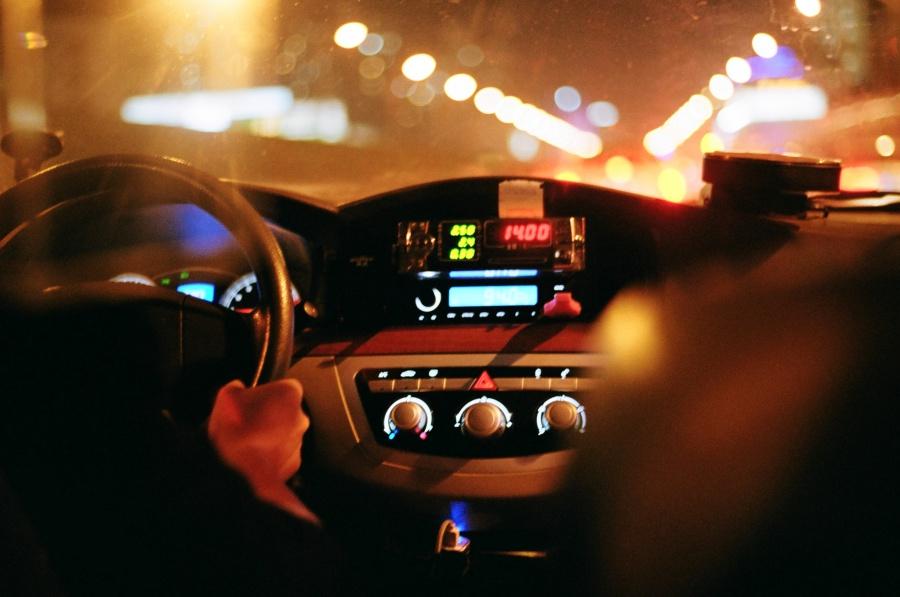 밤에 탄 택시 안에서 찍은 사진 ⓒ김송은
