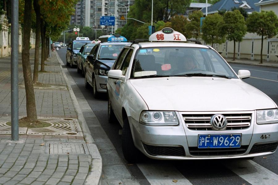 아파트 앞, 쇼핑몰 앞에는 택시가 줄지어 손님을 기다린다. 택시 회사마다 색깔이 다르다. ⓒ김송은
