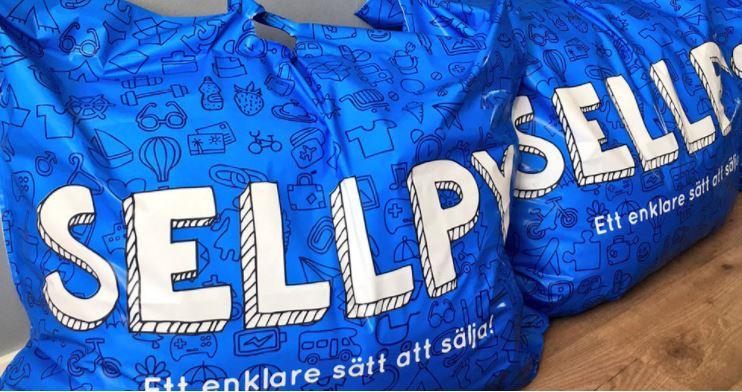 Sellpy를 상징하는 파란색 가방. 가방에 다양한 중고품들을 한꺼번에 담아 보내면 판매를 대행해준다. 창업 초기 이케아의 파란 가방을 이용하던 것에 착안해 파란색 가방을 도입하였다. ©Sellpy