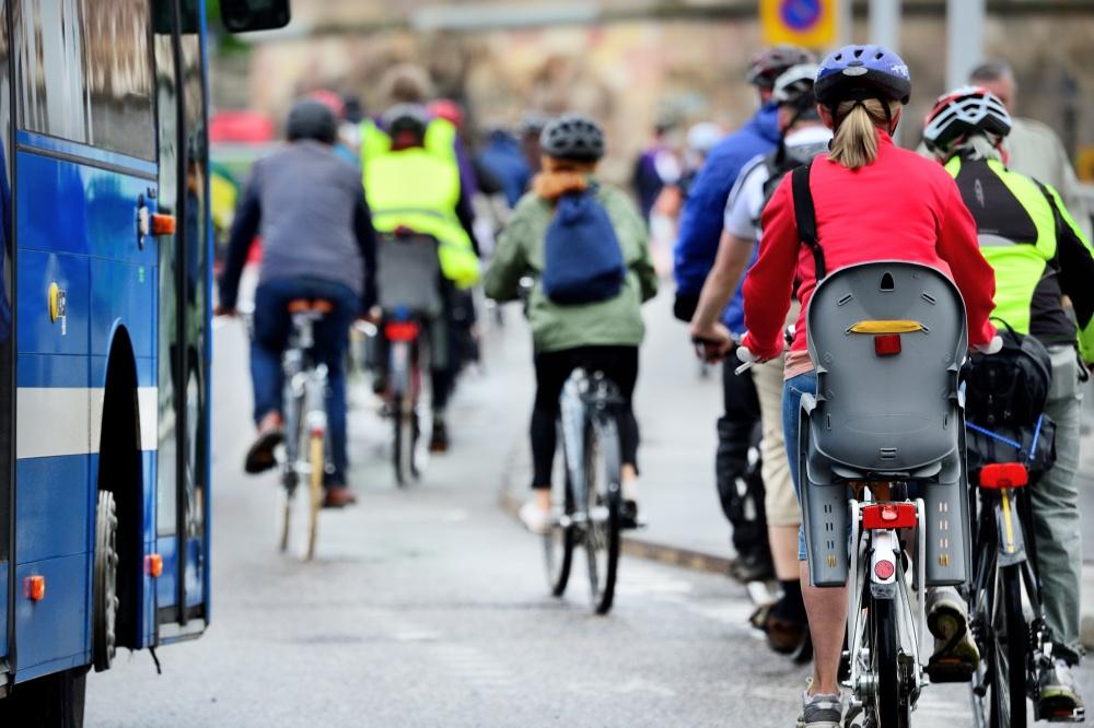 자전거로 출퇴근하는 스웨덴인들의 모습. 스웨덴은 겨울이 긴 국가임에도 유럽 국가 중 자전거를 일상생활에 가장 많이 이용하는 국가 중 하나로 알려져 있다.