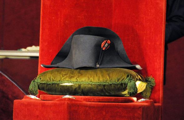 하림그룹 김홍국 회장에게 낙찰된 나폴레옹의 '이각모자' ⓒAFP 연합
