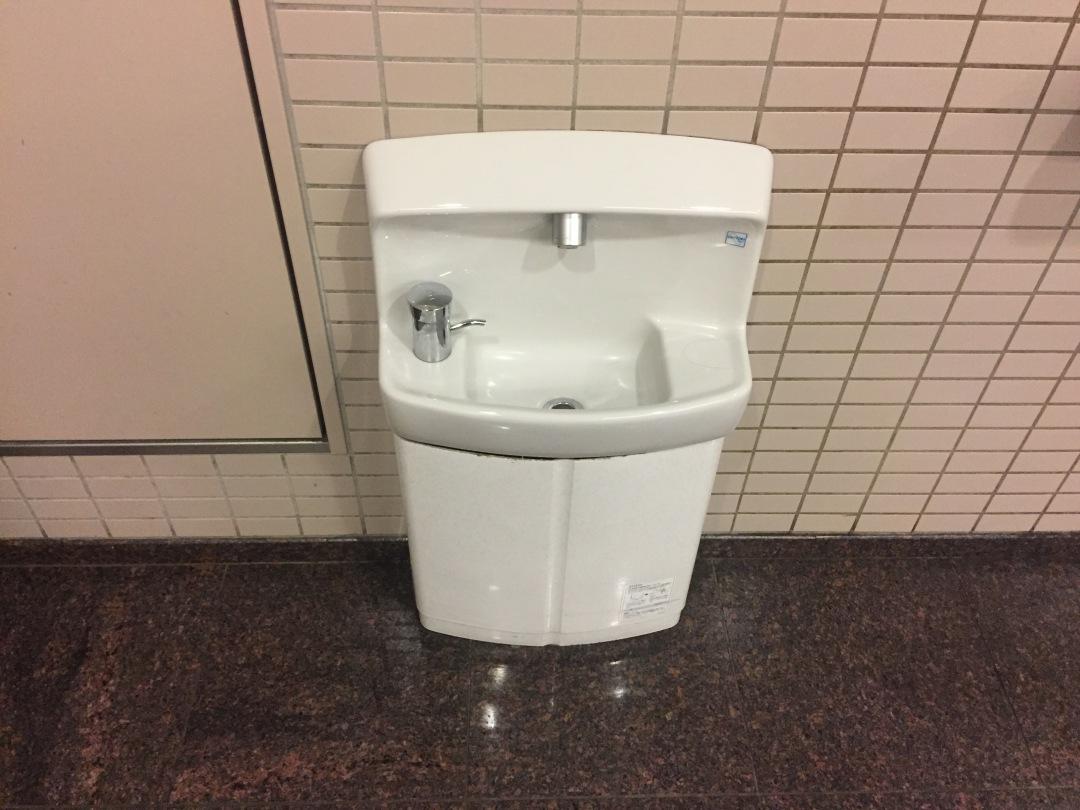 공중 화장실에 있는 아이용 세면대 ©생각노트