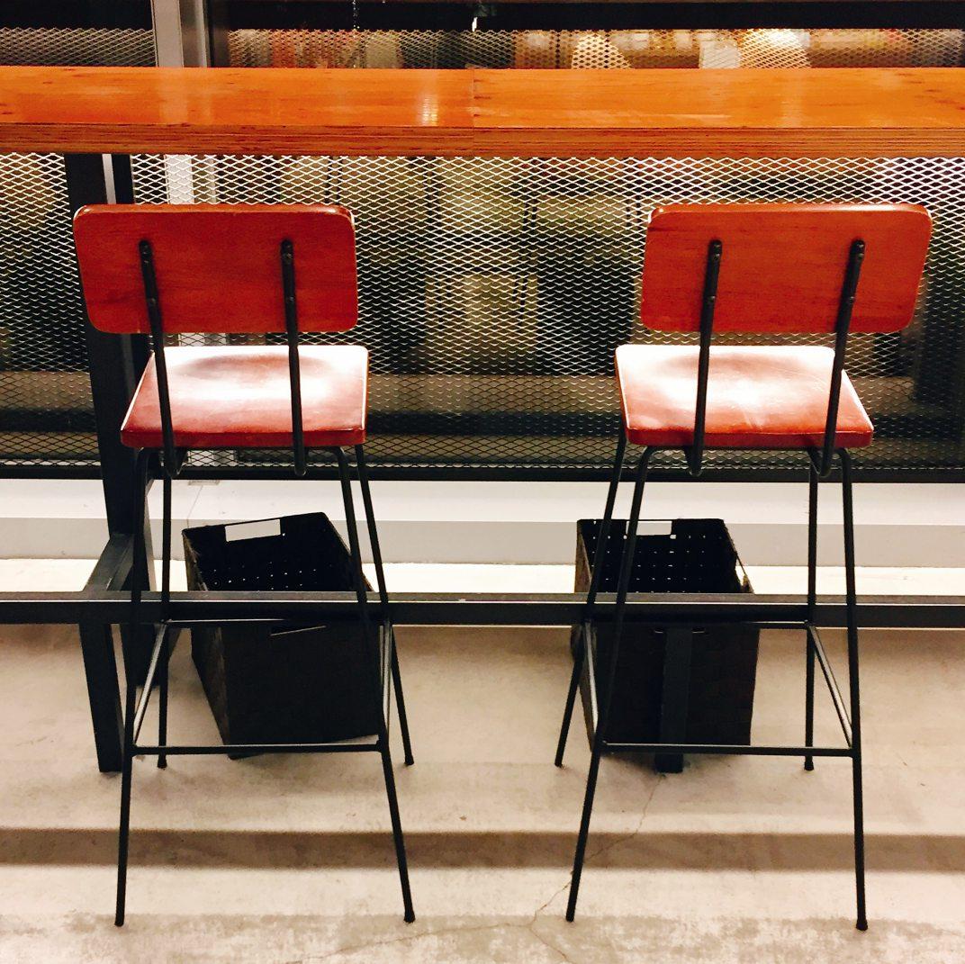 카페 창가 자리마다 놓여 있는 짐 보관 상자 ©생각노트