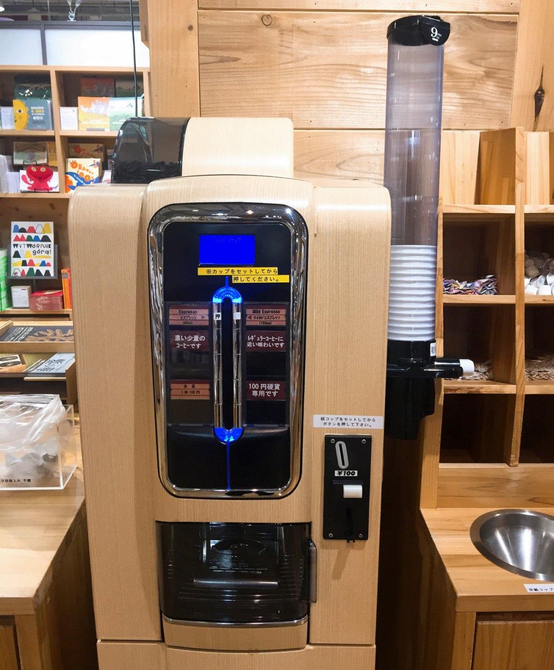 모든 무지 북스 매장에서 볼 수 있는 100엔 커피 머신 ©생각노트