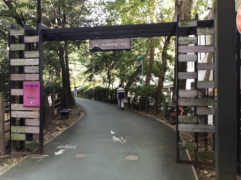 지하철 4호선 동작역 1번 출구에서 나오면 시작되는 허밍웨이(Humming way). 보행자 전용이며, 길 폭도 양방향 교행에 무리가 없다. 출발점에서 고속터미널까지 약 2.3km 거리의 러닝 코스가 있다. ©김형식