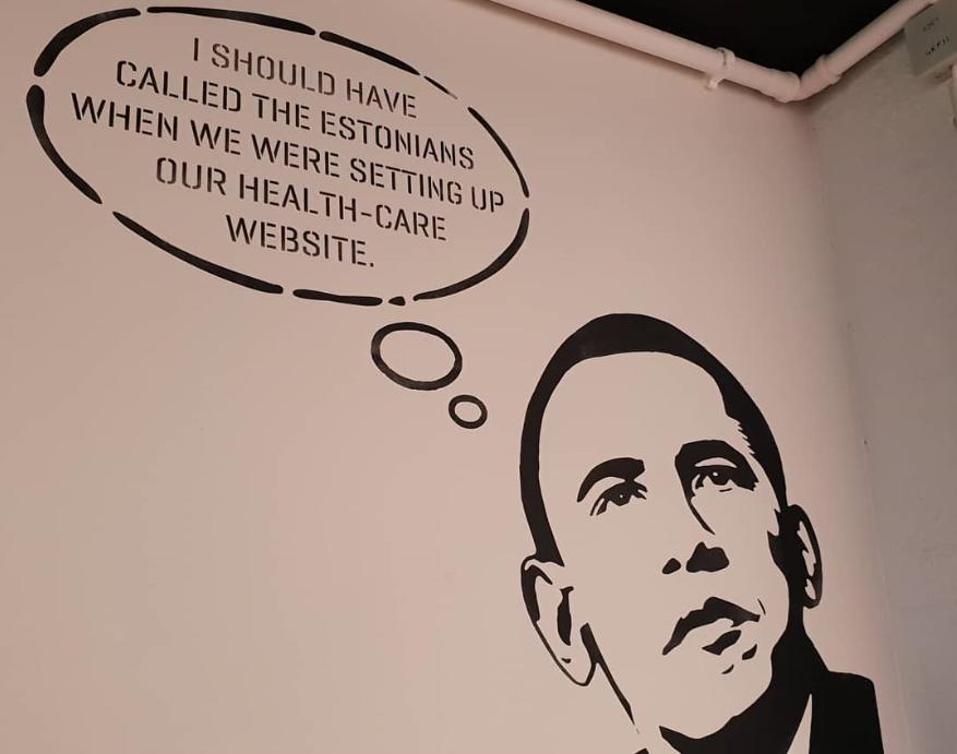 """에스토니아 최초 코워킹 스페이스 Lift 99의 한쪽 벽면. """"의료 서비스 웹사이트를 구축할 때 에스토니아인에게 연락했어야 했다.""""라고 써 있다. ⓒ박인"""