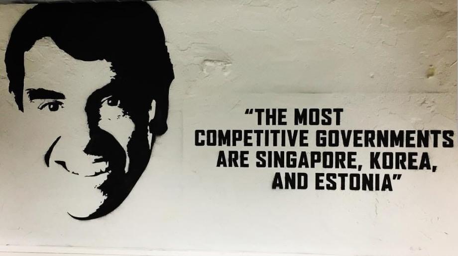 "Lift 99의 또 다른 벽면. ""가장 경쟁력 있는 정부는 싱가포르, 한국, 그리고 에스토니아에 있다.""라고 써 있다. ⓒ박인"