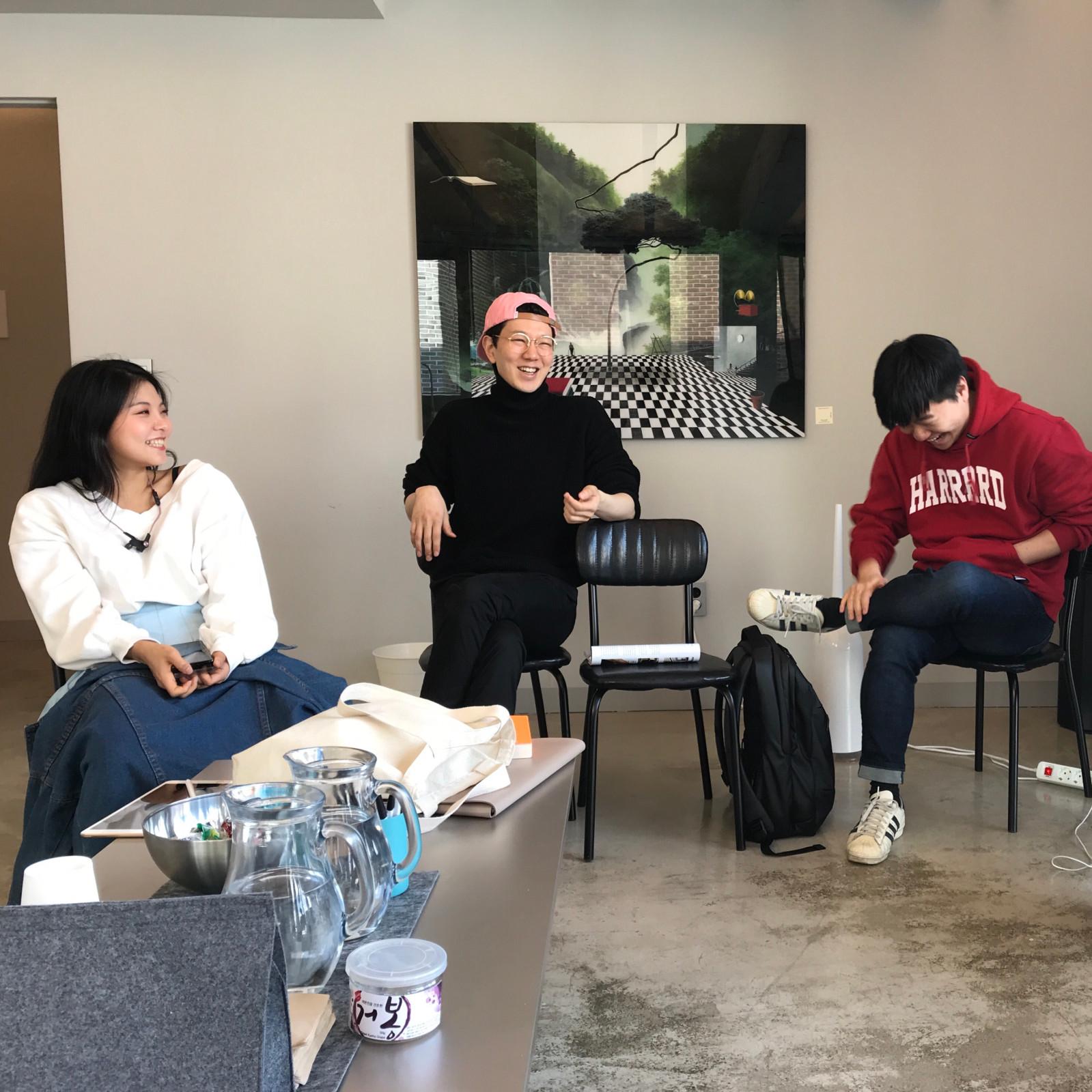 주간회의 중 수다 타임. 왼쪽부터 정원희 크루, 윤수영 대표, 나 ⓒ이육헌